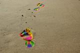 Fototapeta Rainbow - Ślady stóp w kolorach tęczy na plaży. © Tomasz Ryś
