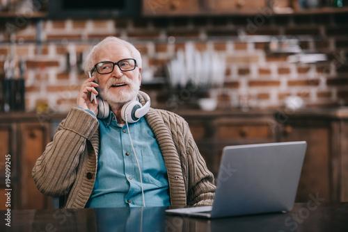 senior-z-telefonem,-laptop,-rozmowa-telefoniczna