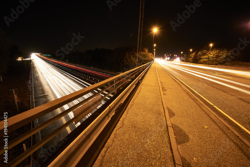 Fotobehang Nacht snelweg highway by night and with cars and traffic in motion