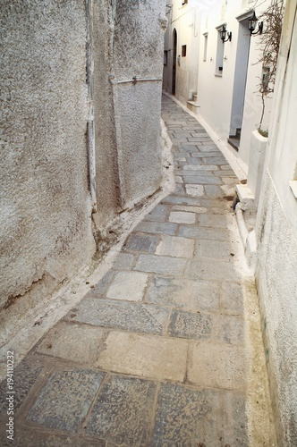 In de dag Smal steegje Narrow street at Isternia village, Tinos island, Cyclades, Greece.