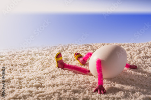 Aluminium Zee zonsondergang Happy egg lying on a sandy beach