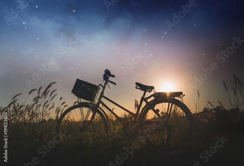 Sylwetka bicykl na polu
