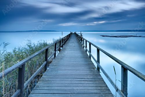 Rano nad jeziorem, długi drewniany chodnik, zmierzch, długi czas ekspozycji