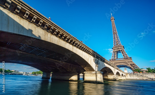Aluminium Eiffeltoren The Eiffel Tower and bridge over Seine River in Paris