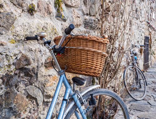 Aluminium Fiets Retro Fahrräder an einer Mauer