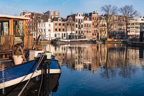 Poster Amsterdam Hausboot, Krachten, Häuser und Spiegelungen in Amsterdam