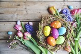 Ostern - Nest mit Eiern auf Holz und Frühlingsblumen