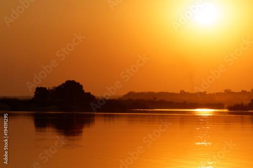 Staande foto Oranje eclat Coucher de soleil sur le Zambèze