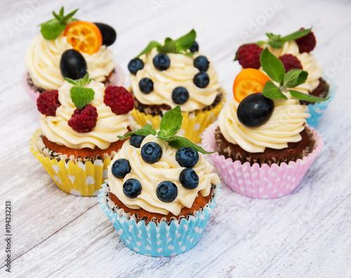 Foto Murales Cupcakes with fresh berries