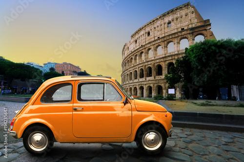 Retro samochód na tle Colosseum w Rzym Włochy
