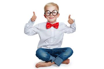 Kind mit Hornbrille hält zwei Daumen hoch