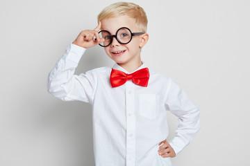 Schüler mit Hornbrille hat eine Idee