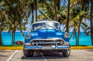 HDR - Amerikanischer blauer Oldtimer mit silbernen Dach parkt am Strand von Varadero Kuba - Serie Cuba Reportage