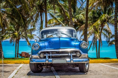 HDR - amerykański rocznik niebieski samochód z parku srebrny dach na plaży Varadero Kuba - reportaż Serie Kuba