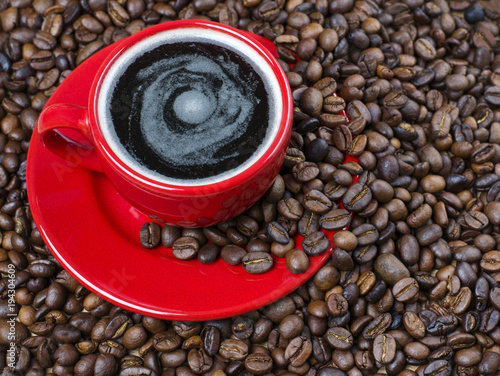 Papiers peints Café en grains Red cup of coffee on coffee beans background