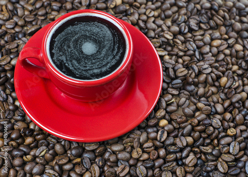 Tuinposter Koffiebonen Cup of coffee on the coffee's grains
