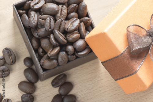 Tuinposter Koffiebonen granos de café en una cajita