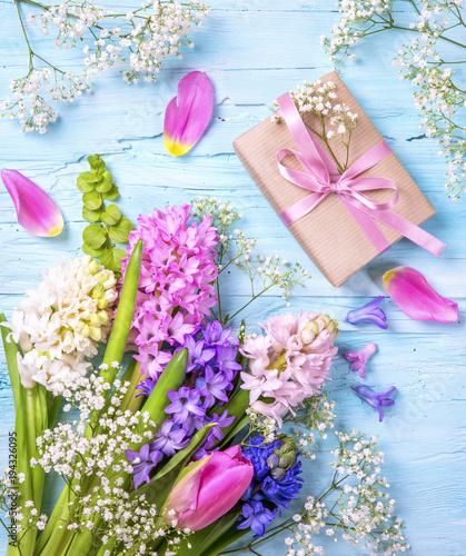 Pastelowy kolorowy kwiat i pudełko