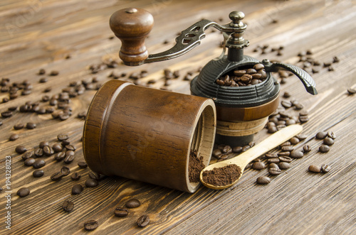 Papiers peints Café en grains Manual grinder. Preparation of freshly ground coffee.
