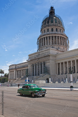 Fotobehang Havana Oldtimer vor dem Kapitol in Havanna