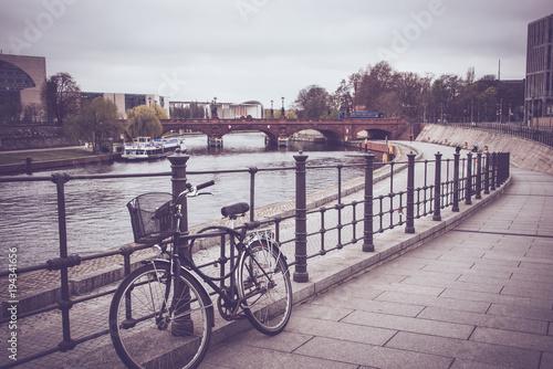 Stary rower podpierający na ogrodzeniu wzdłuż rzeki w Berlin.