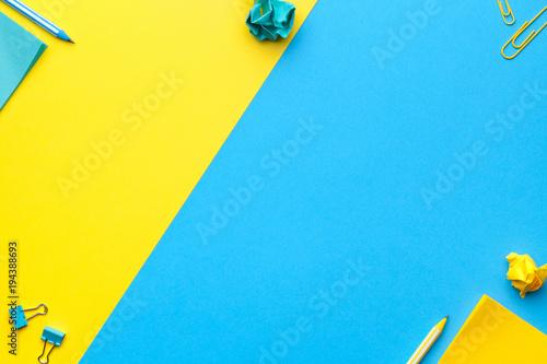 Szkoła, akcesoria biurowe na niebieskim, żółtym tle