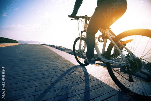 rowerzysta jazda rowerem w ścieżce wschód słońca wybrzeża