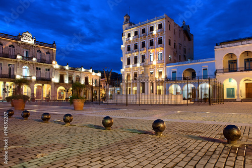 Keuken foto achterwand Havana Beautiful night image of Plaza Vieja, Havana, Cuba