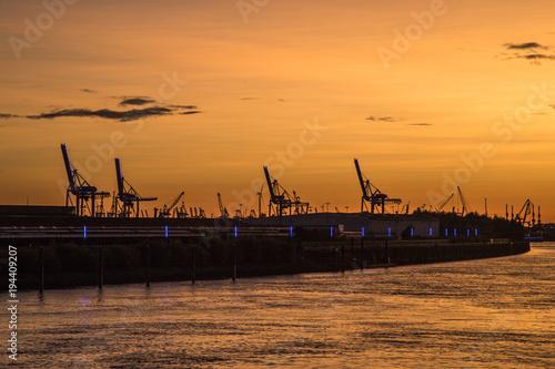 Aluminium Zee zonsondergang Hamburg harbor at sunset