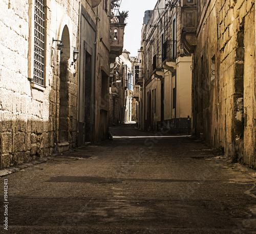 Fotobehang Smalle straatjes Old Narrow Street in Rabat Malta