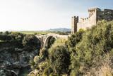 antico castello in italia con ponte sul fiume