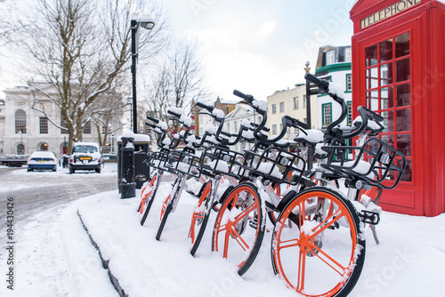 Papiers peints Londres bicycles in the snow in a London street