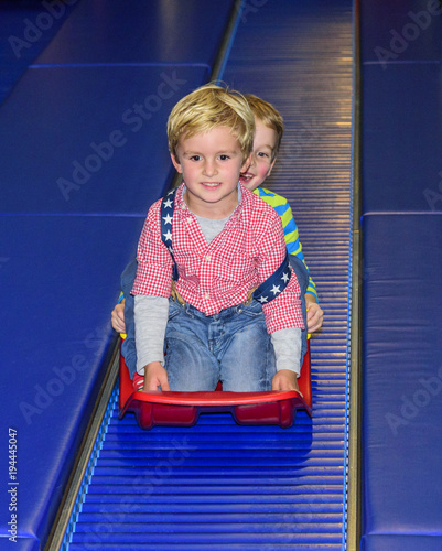 Foto op Aluminium Amusementspark Rollschlittenspaß im Indoor-Freizeitpark