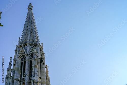 In de dag Wenen Gothic spire against blue sky.
