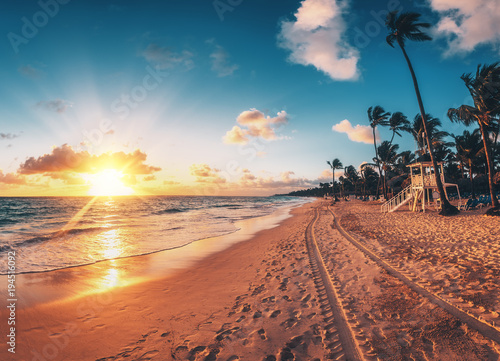 Fotobehang Tropical strand Carribean vacation, beautiful sunrise over tropical beach