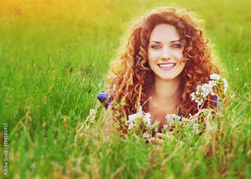 Uśmiechnięta atrakcyjna kobieta w polu