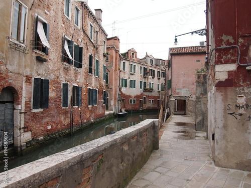 Fotobehang Smalle straatjes Blick auf Seitenkanal in Venedig