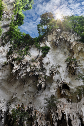 Staande foto Kuala Lumpur Batu Caves, Kuala Lumpur, Malaysia - cave exterior in a beautiful nature with sunrays