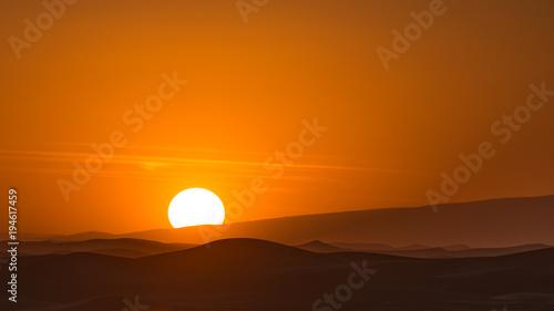 In de dag Oranje eclat Coucher de soleil sur les dunes de Zagora
