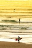 Surfeur sur la plage - 194624025