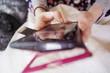 Chica adolescente usando su teléfono móvil