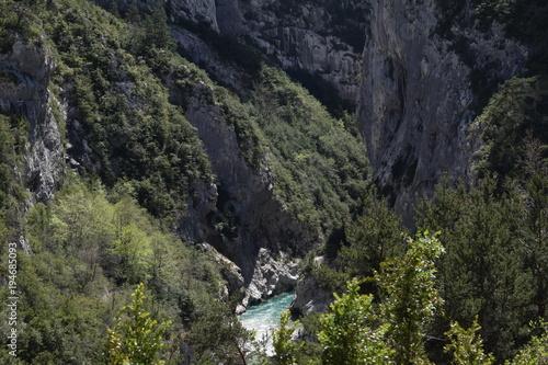 Fotobehang Khaki Fluss in der Schlucht