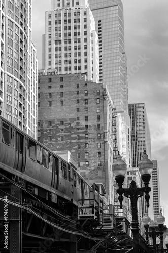 Fotobehang Chicago Monochrom Zug und Hochhausfassaden in den USA