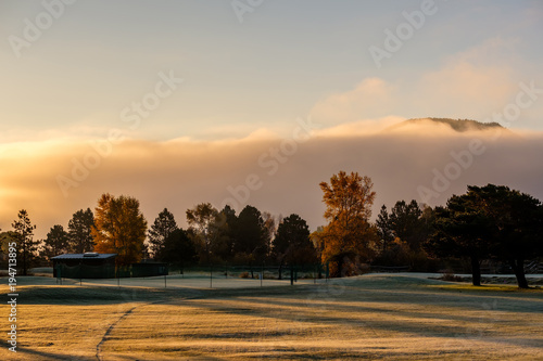 Wschodu słońca mgłowy krajobraz w Kolorado, usa