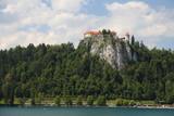 Jezioro Bled Słowenia. Piękne górskie jezioro z zamkiem na skale i kościołem.