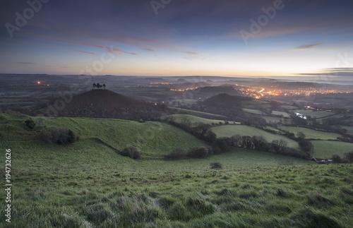 Piękny zima wschodu słońca krajobraz nad Colmerâ € ™ s wzgórzem w Somerset Anglia