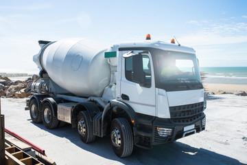 marche arrière avec un camion de béton sur le chantier