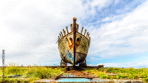 Foto op Aluminium Schipbreuk shipwreck frontal in the grass