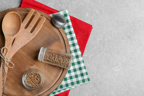 Aluminium Kruiden 2 Wooden cooking utensils, napkins, and spice on gray background, top view