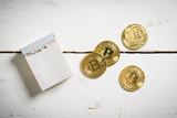Bitcoins mit leerem Abreißkalender für eigene Nachricht
